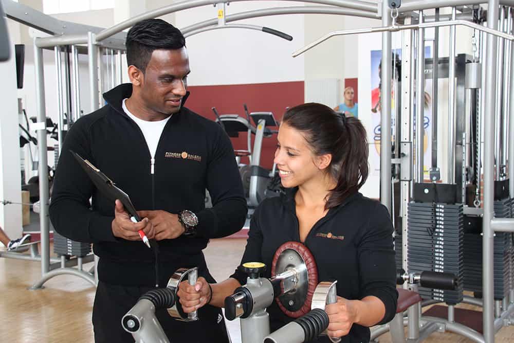 Richtiges Gerätetraining mit Trainer