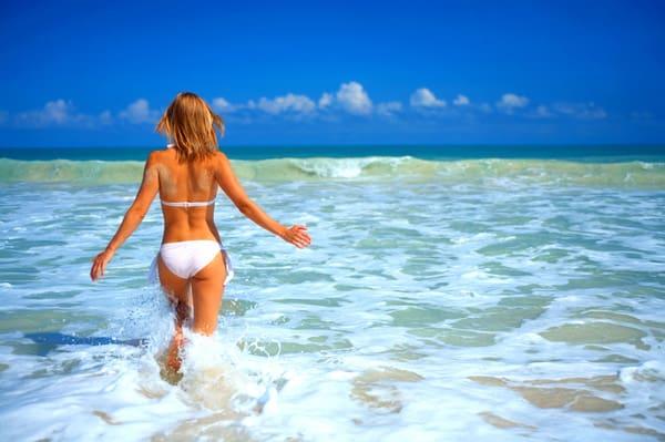 Frau im Bikini im Meer